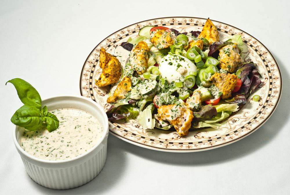 Salat mit Putenbrust und Kräuterdressing